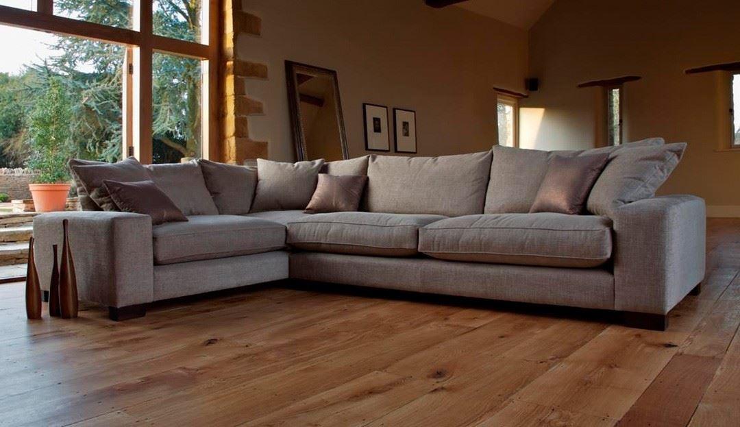 Большой диван в интерьере (14)