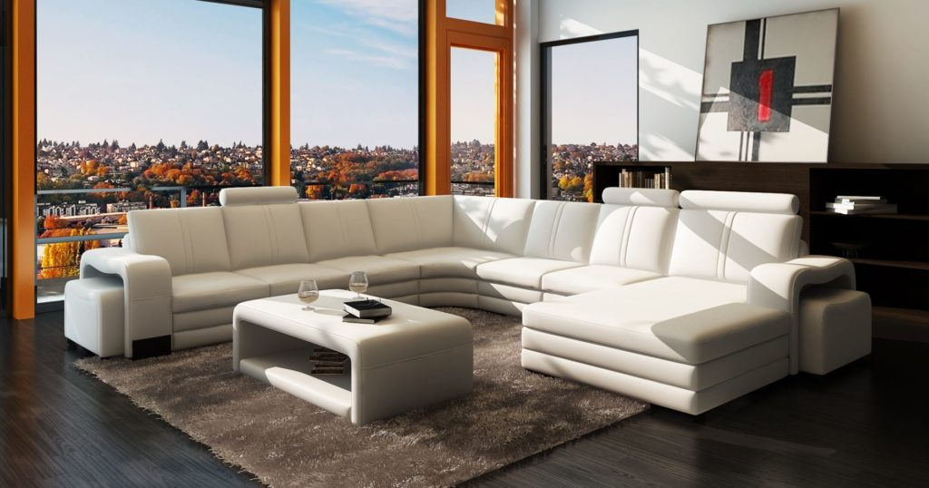Большой белый диван в интерьере комнаты