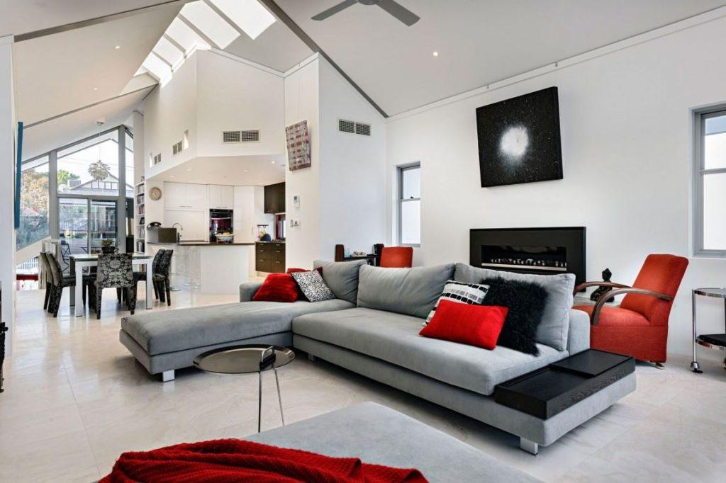 Большой диван в кухне-гостиной