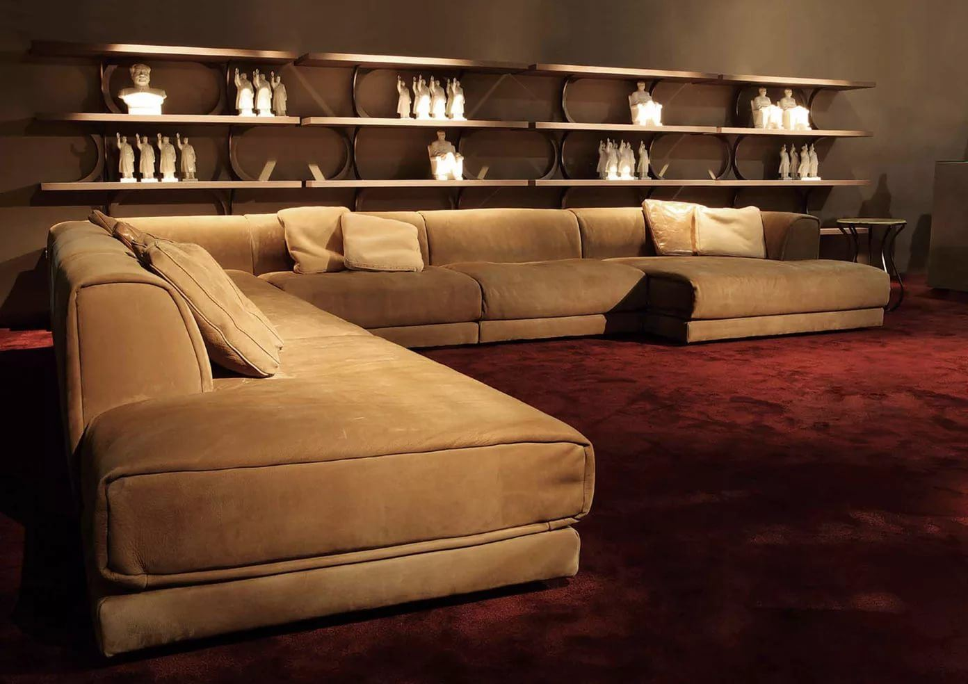 Большой диван в интерьере (3)