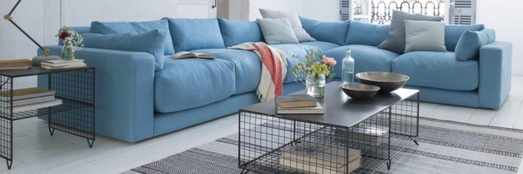 Большой голубой диван