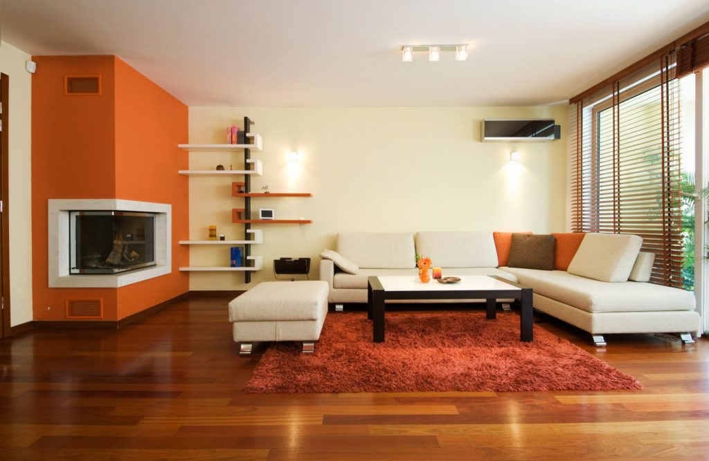 Большой яркий модульный диван в гостиной