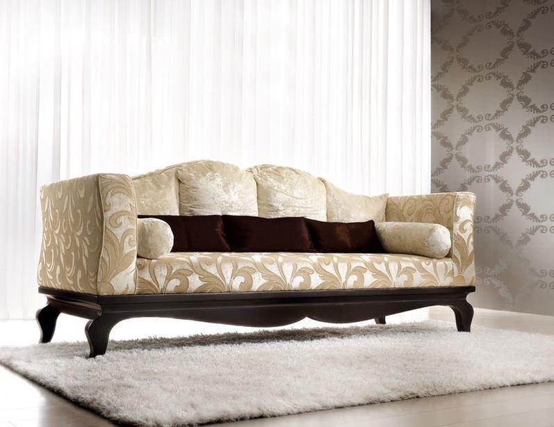 Стильный светло-бежевый диван классического стиля