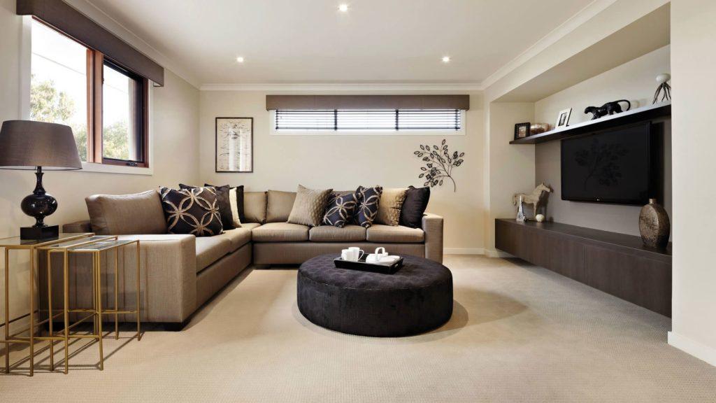 Темно-бежевый диван в интерьере гостиной