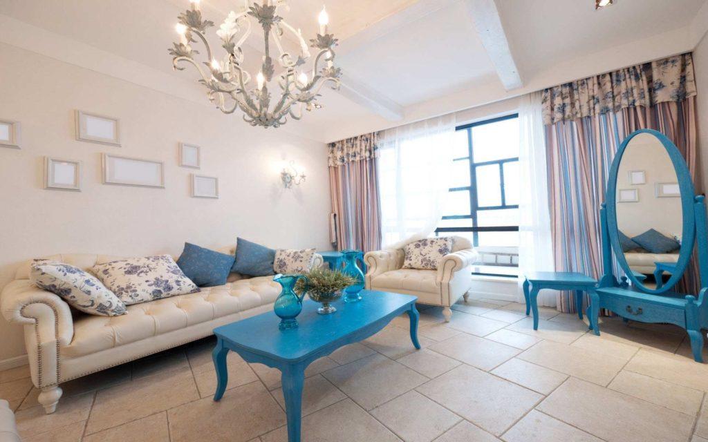 Сочетание дивана бежевого цвета с синей мебелью