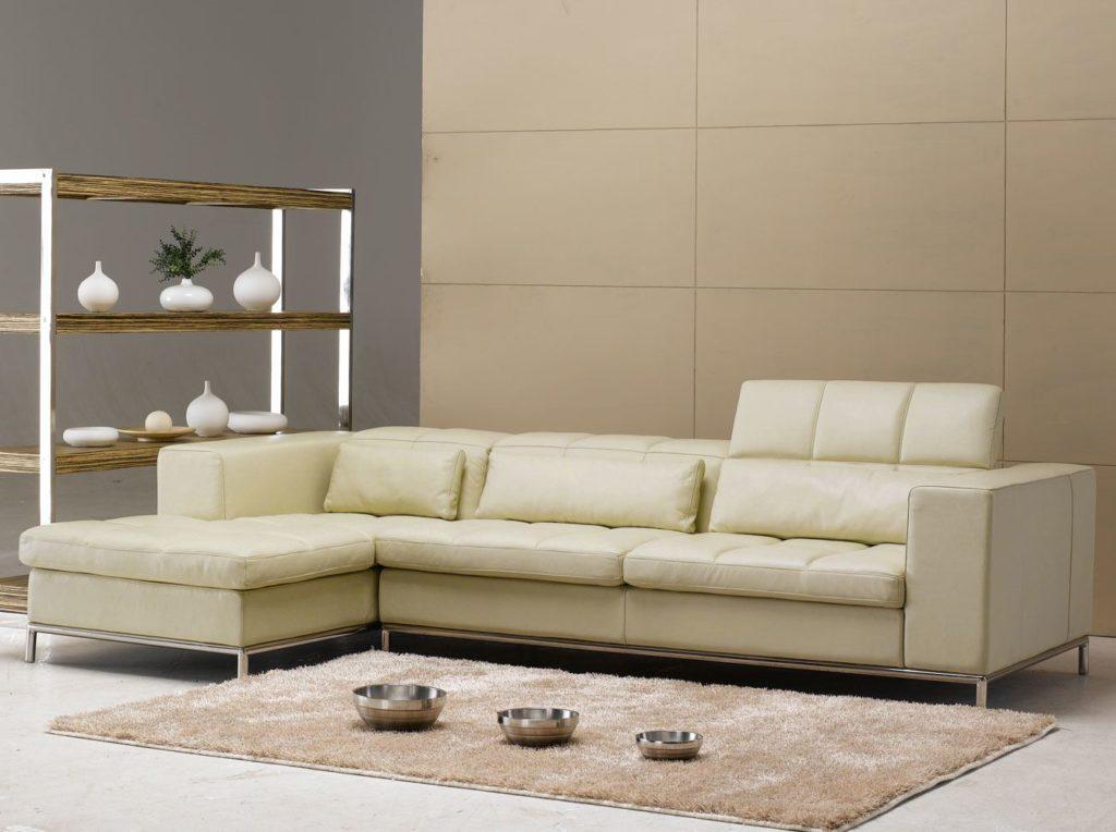 Темно-бежевые стены и светло-бежевый диван
