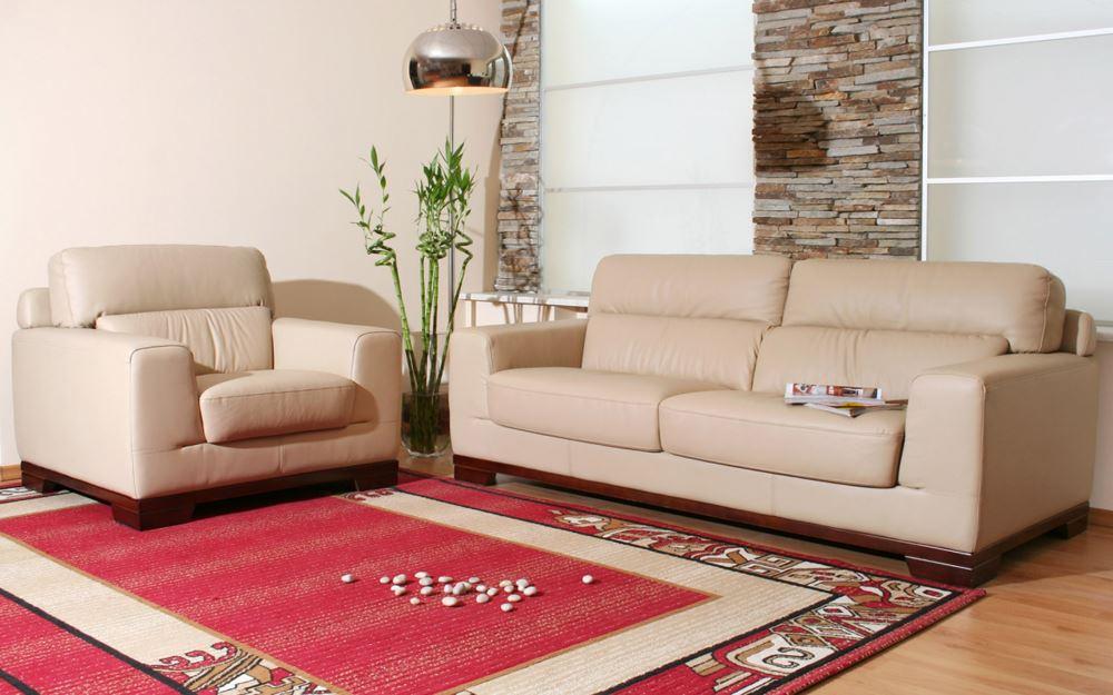 Кожаный диван бежевого цвета и красный ковер