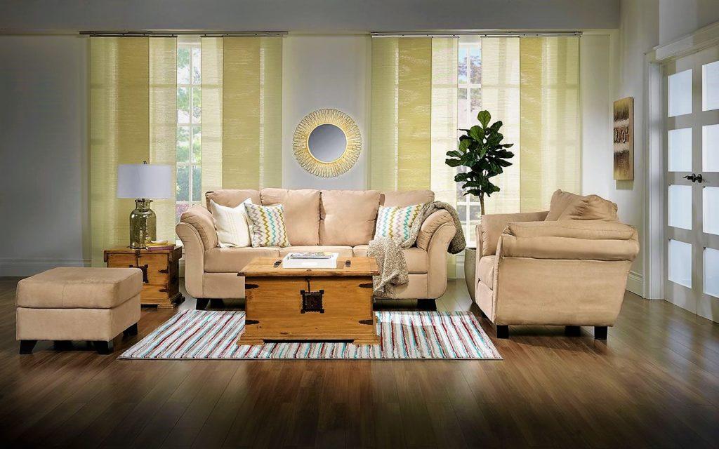 Бежевый диван в интерьере комнаты