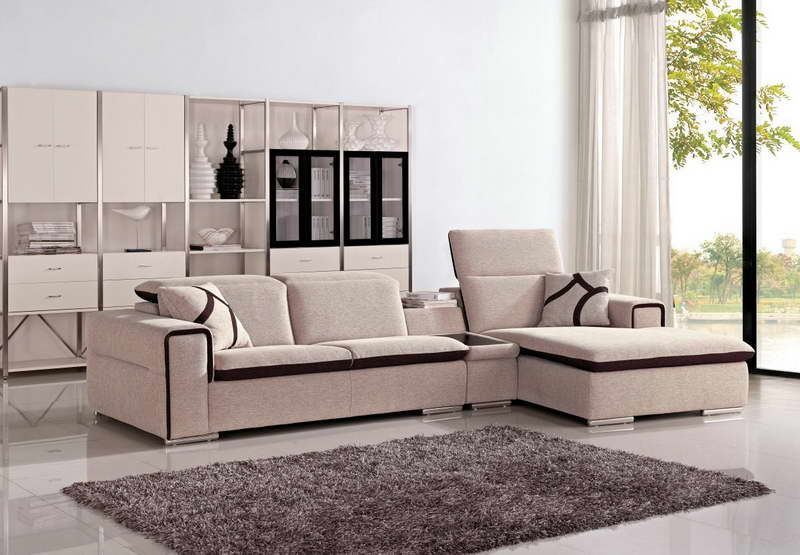 Удобный тканевый диван в небольшой гостиной