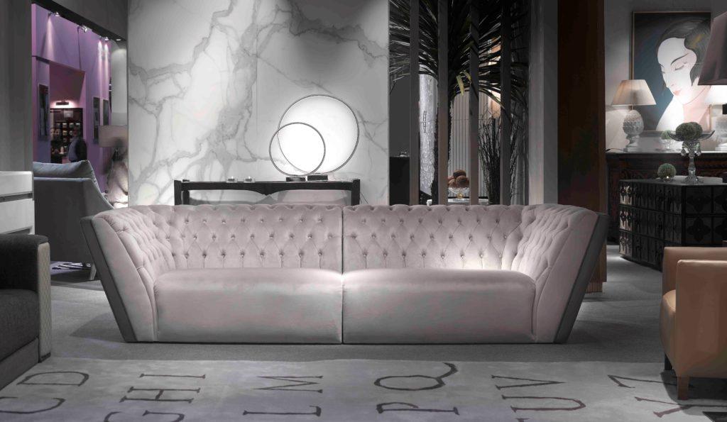 Роскошный диван в дизайнерской гостиной