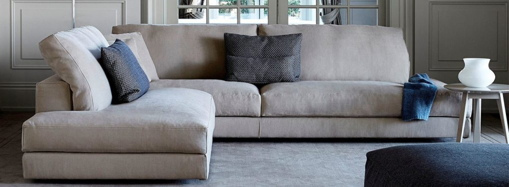 Мягкий угловой диван в гостиной