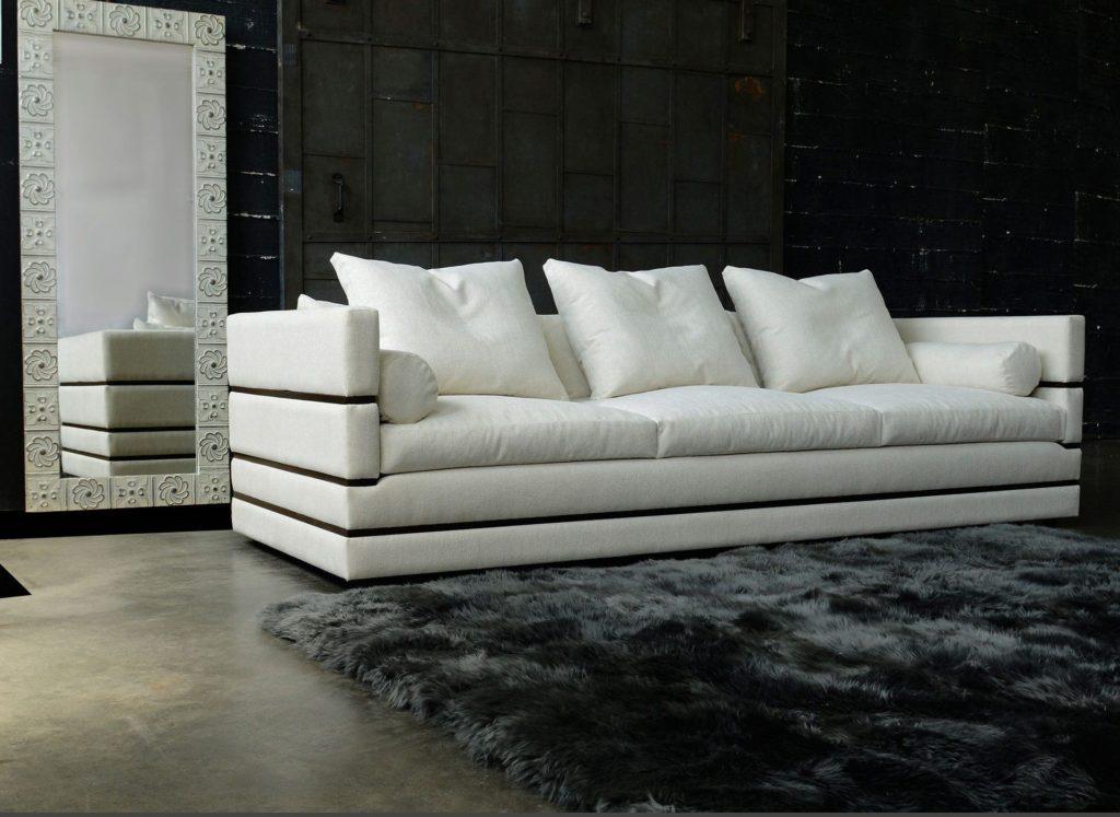 Прямой белый диван в гостиной