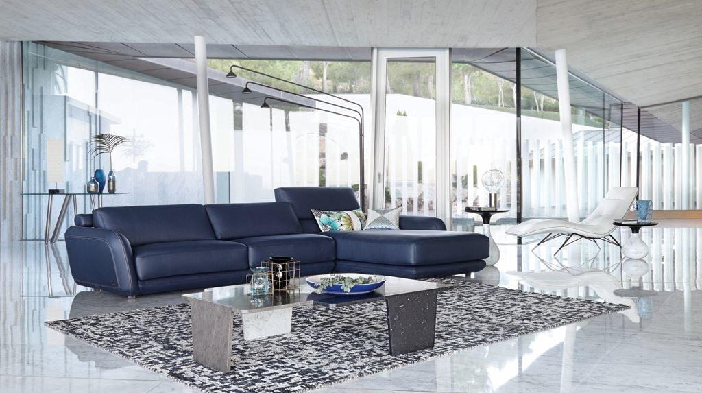 Кожаный синий диван в гостиной