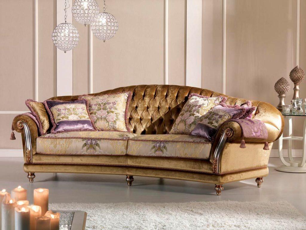 Классический диван с подушками