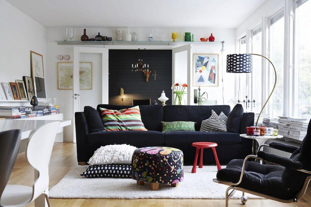 Диван и кресло в современной гостиной