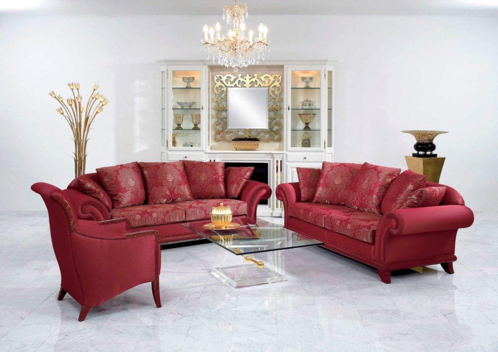 Современная классическая мягкая мебель в центре комнаты