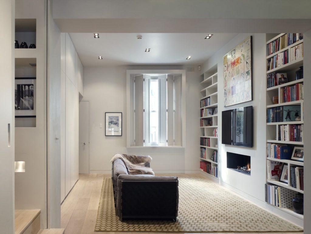 Маленькая комната с диваном посередине