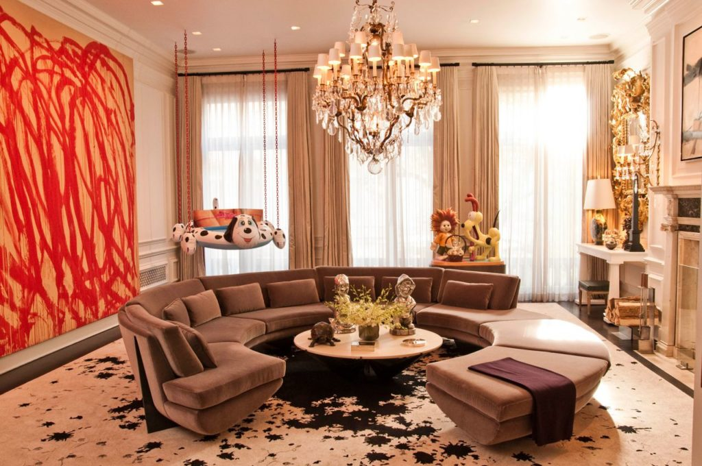 Радиусный диван размещенный в центре комнаты