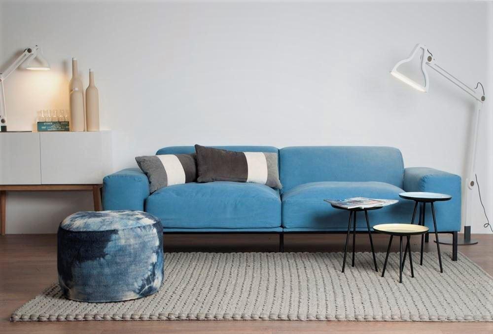 Мягкий голубой диван у стены