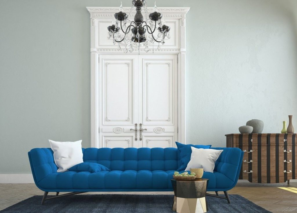 Диван насыщенно-голубого цвета в классическом стиле