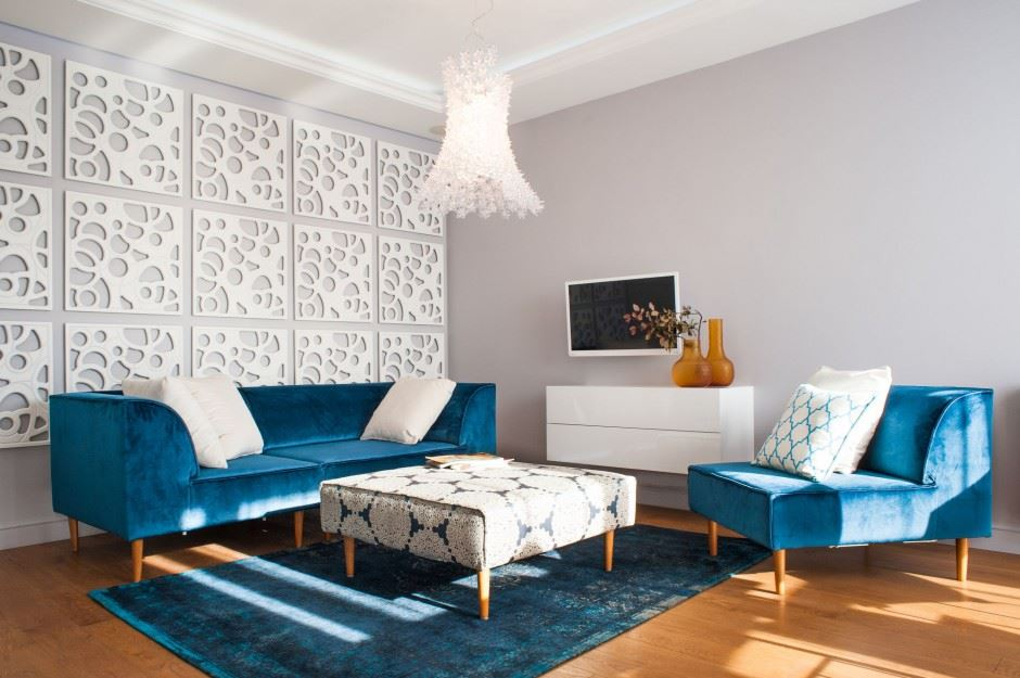 Темно-голубой диван и кресло в интерьере комнаты