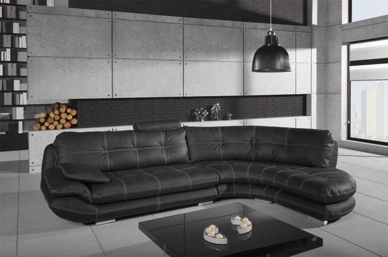 Кожаный диван размещен посередине комнаты
