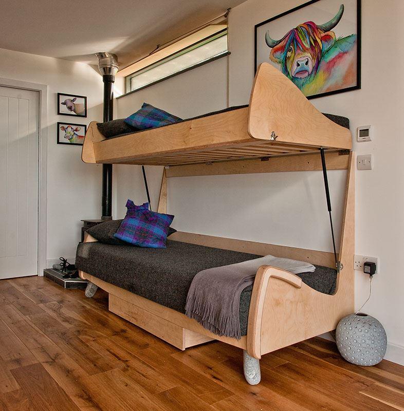 Двухъярусный диван с деревянным каркасом