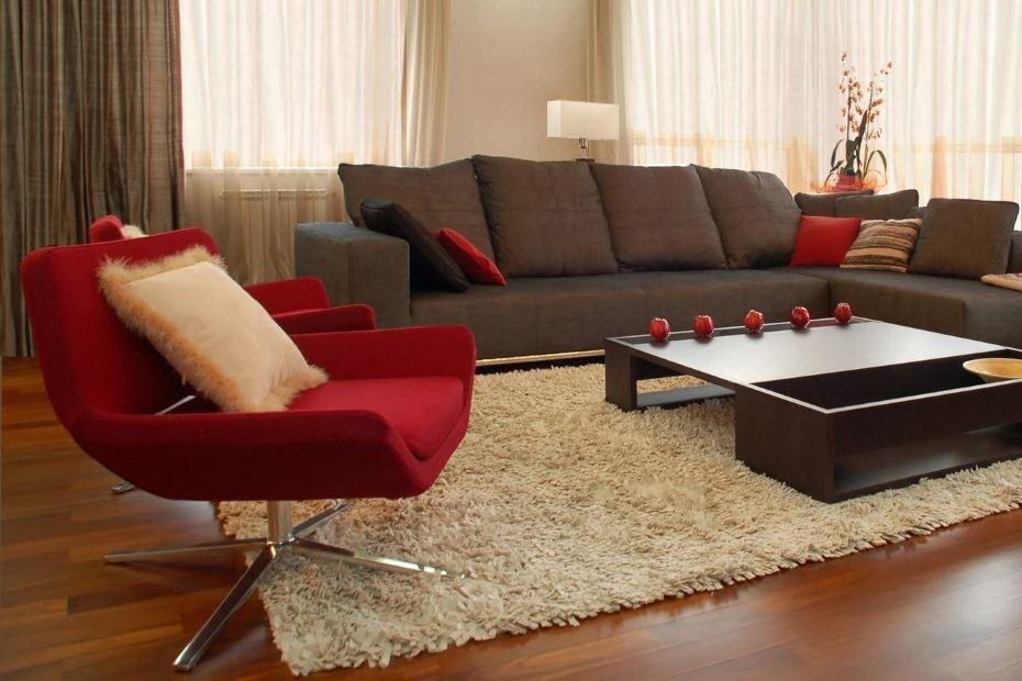 Угловой диван под окном