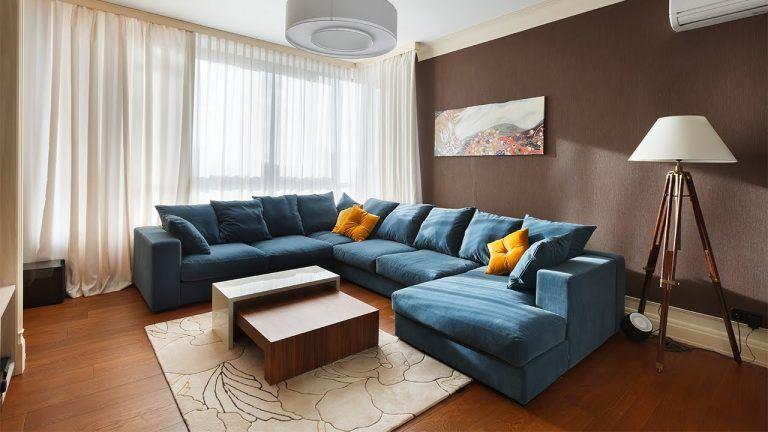 П-образный диван расположенный возле окна