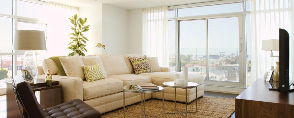 Угловой диван размещенный спинкой к окну
