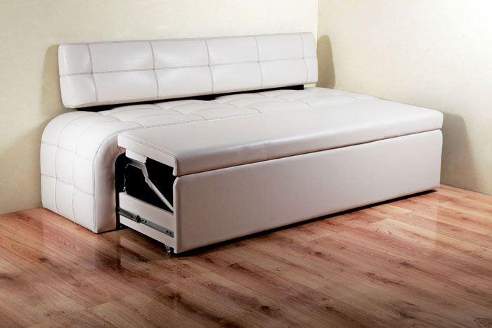 Кожаный диван в интерьере кухни (13)