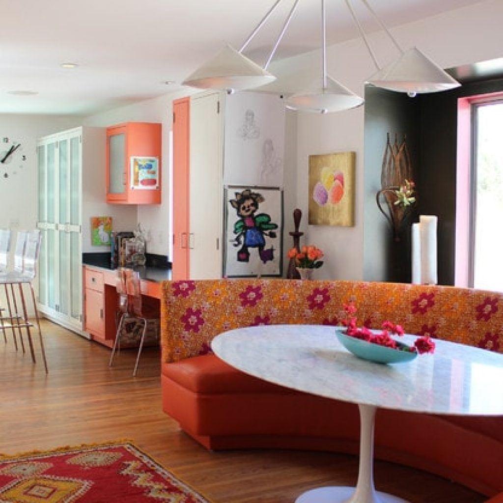 Кожаный диван в интерьере кухни (14)