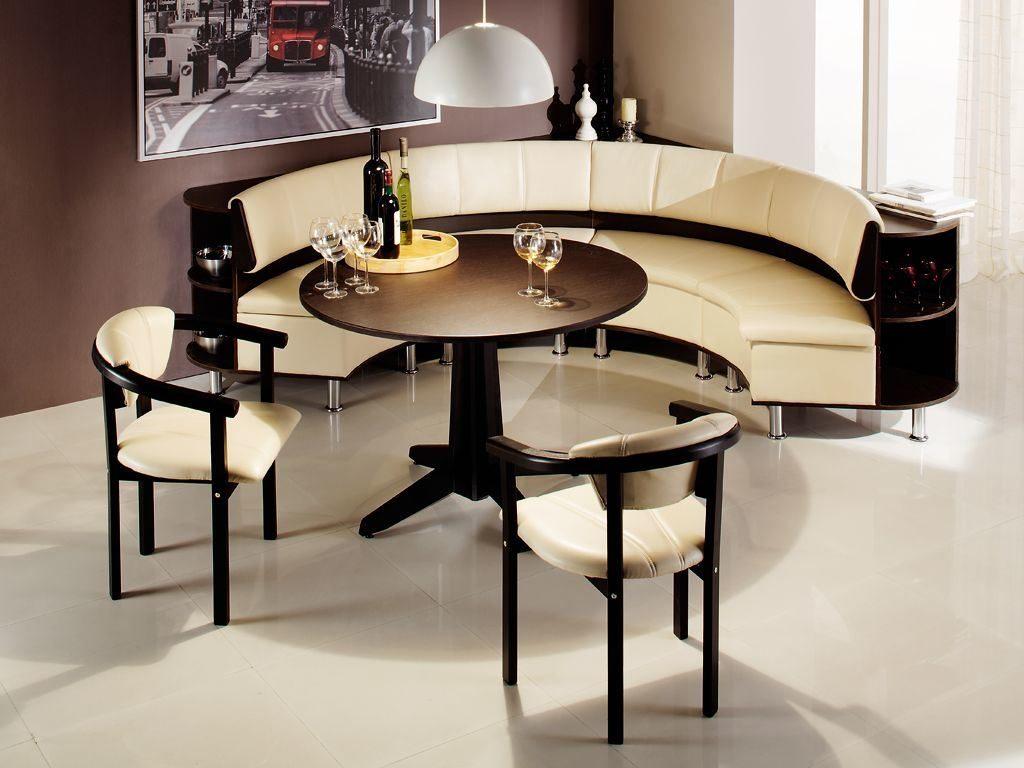 Полукруглый кожаный диван на кухне