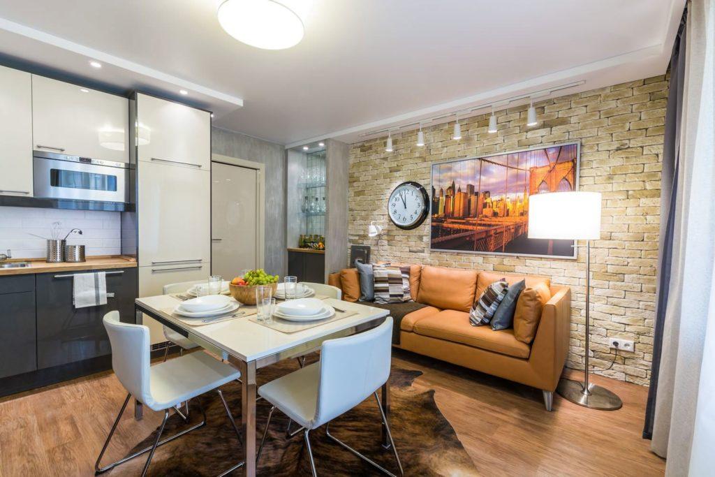 Прямой кожаный диван на кухне у стены