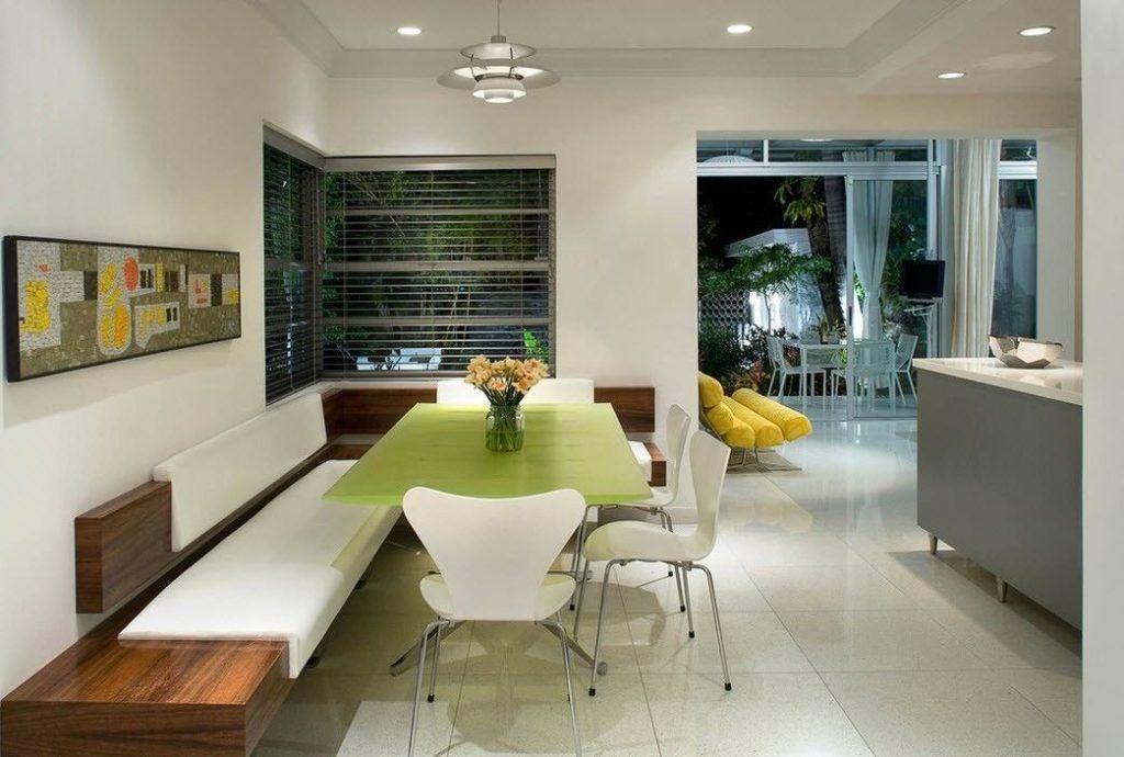 Большой диван на кухне из натурального дерева с кожаными сидениями