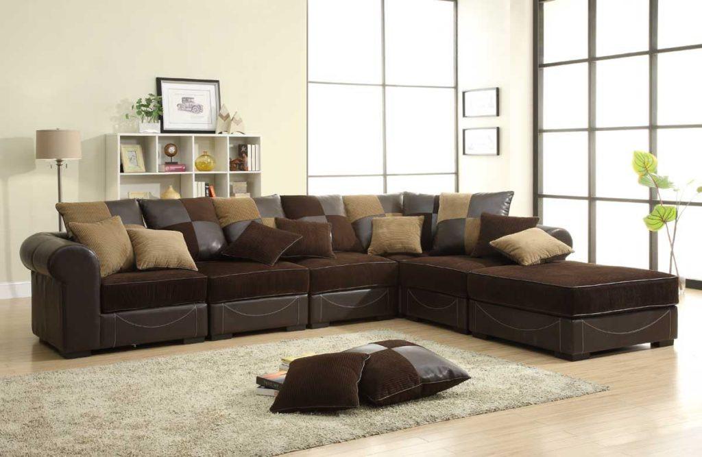Угловой коричневый диван в интерьере комнаты