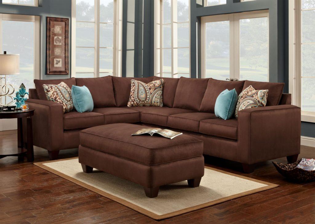 Угловой коричневый диван украшенный подушками