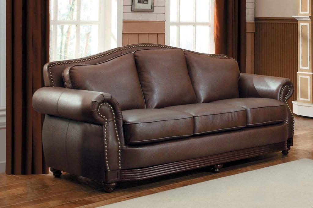 Роскошный коричневый диван в интерьере с коричневыми шторами и светло-коричневыми комбинированными стенами