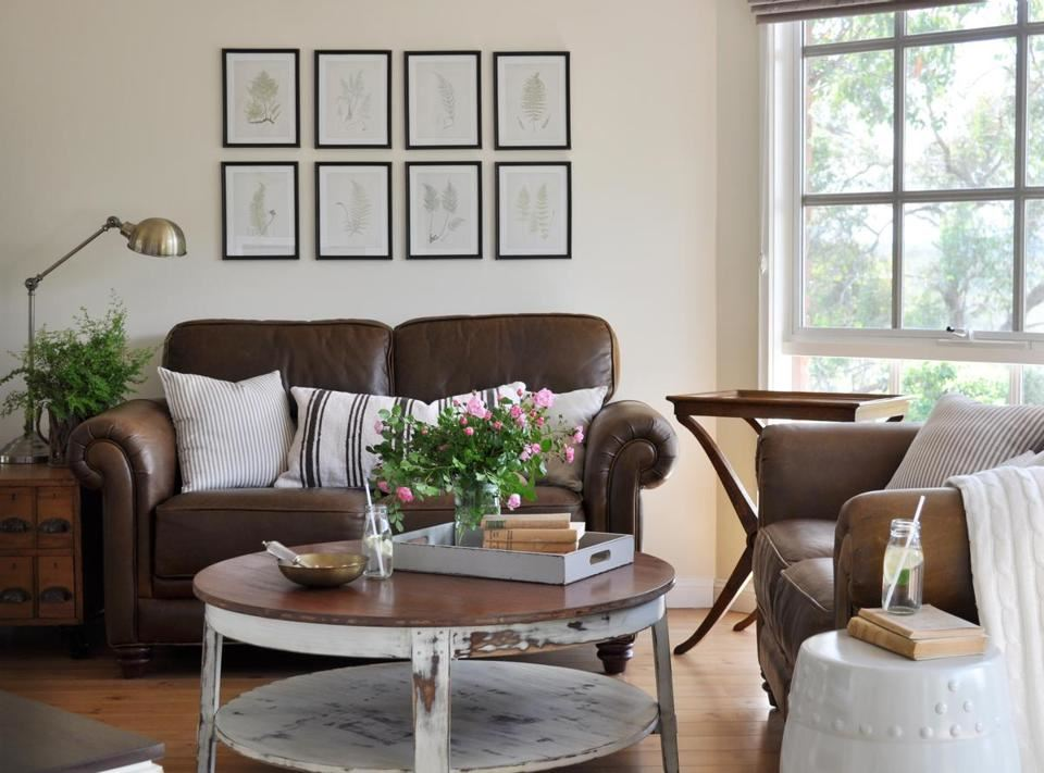 Коричневый диван в интерьере (46)