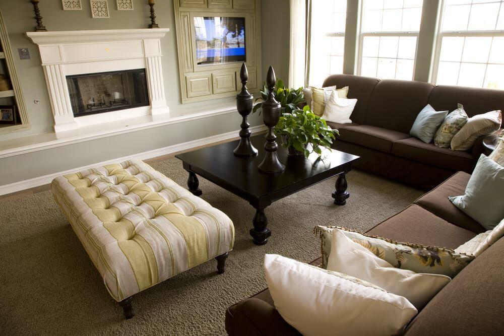Коричневый диван в интерьере (62)