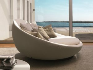 Стильный круглый диван в интерьере гостиной