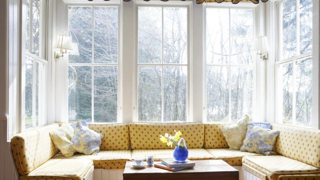 Эркерный диван в интерьере кухни