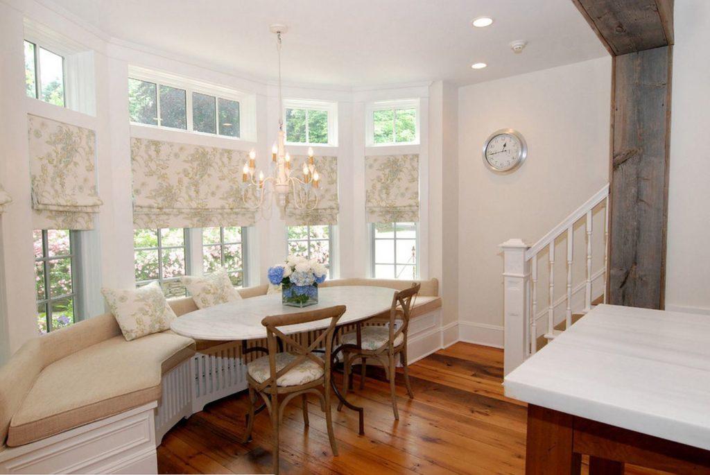 Фото - эркерный диван, обеденный стол и стулья