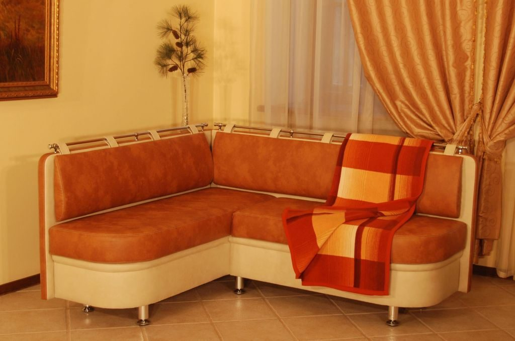 Большой мягкий диван с нишами для хранения под сидением