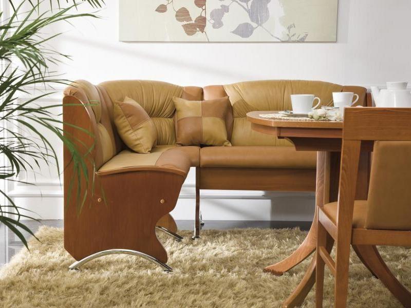 Мягкий диван в составе обеденной зоны на кухне