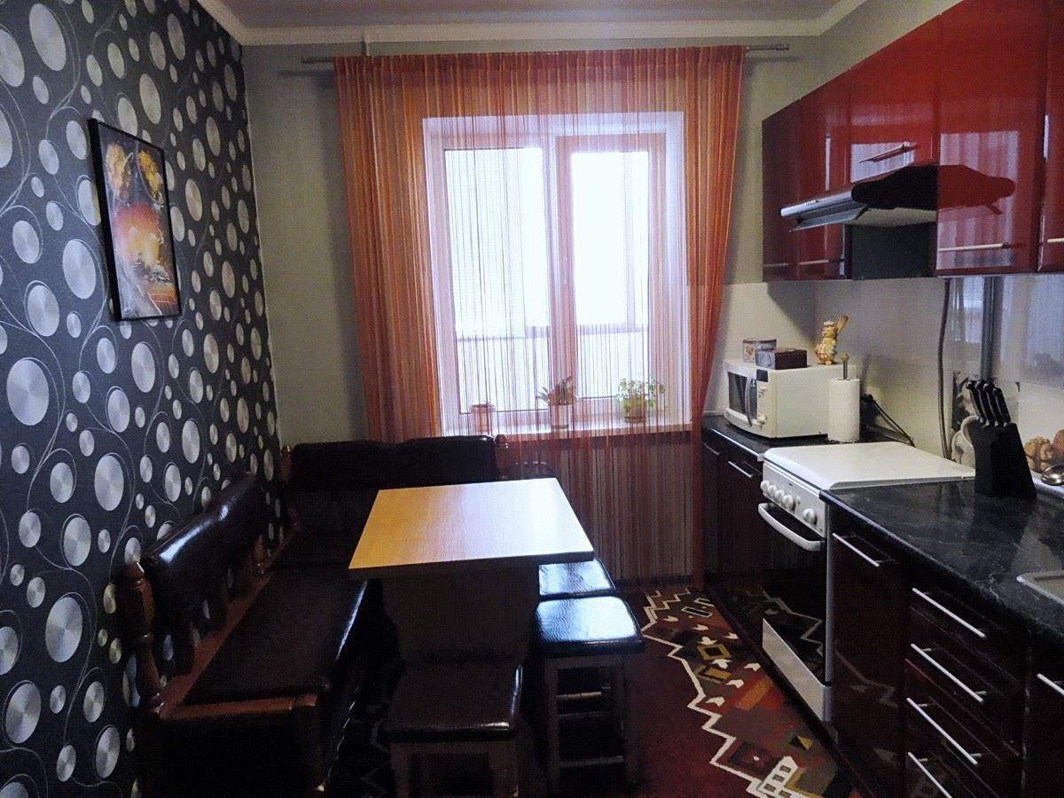 Маленький диван в интерьере кухни (16)