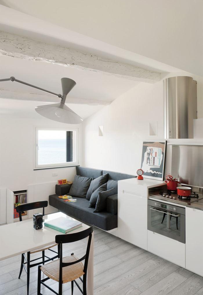 Маленький диван в интерьере кухни (17)