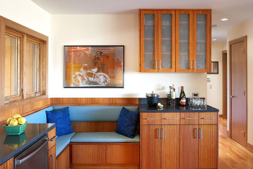 Маленький встроенный диван в интерьере малогабаритной кухни
