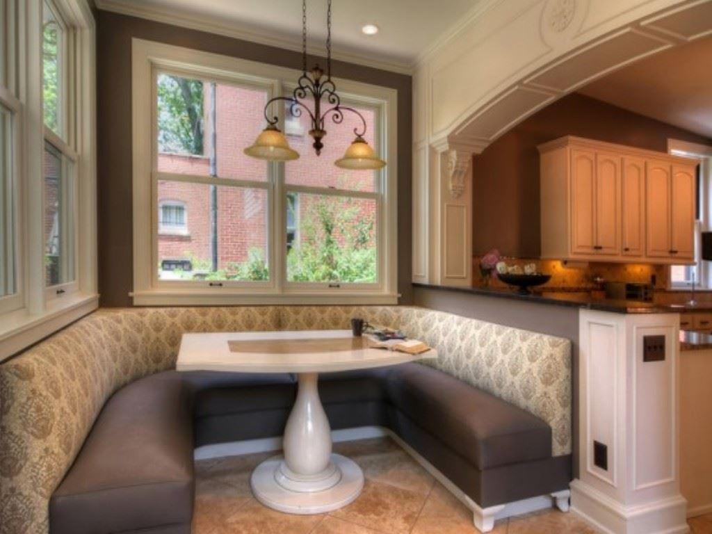 Маленький диван в интерьере кухни (20)