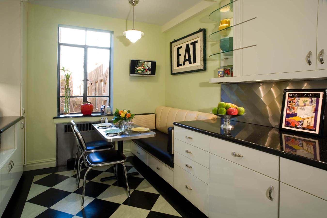 Маленький диван в интерьере кухни (22)